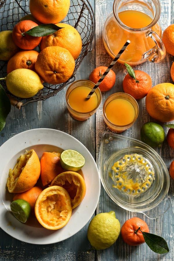 Fruktsaft av blandad citrusfrukt, apelsiner, citroner, tangerin, limefrukt, clementines royaltyfri foto