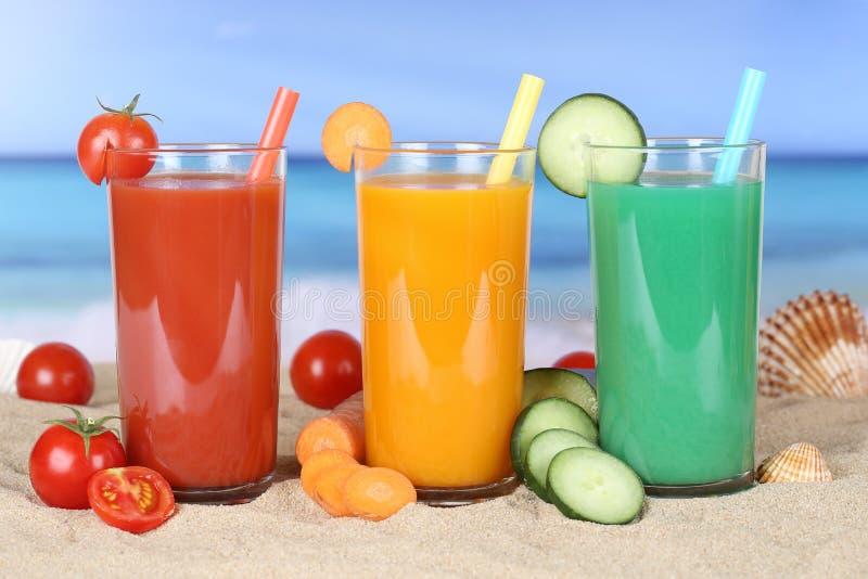 Fruktsaft för Smoothiegrönsaktomat med grönsaker på stranden arkivbilder