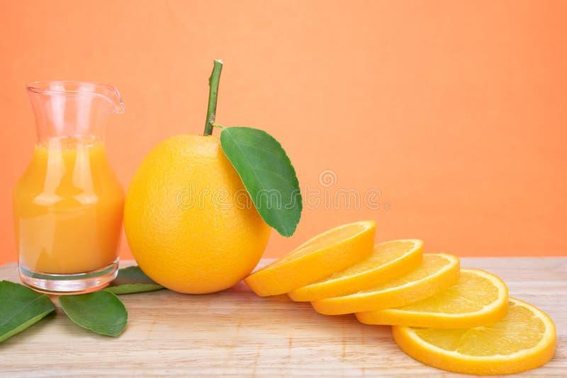 fruktsaft låter vara orange apelsiner royaltyfri bild