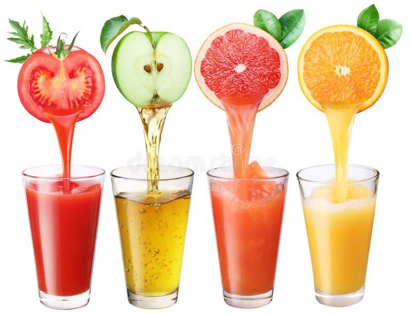Fruktsaft som flödar in i exponeringsglaset. royaltyfria foton