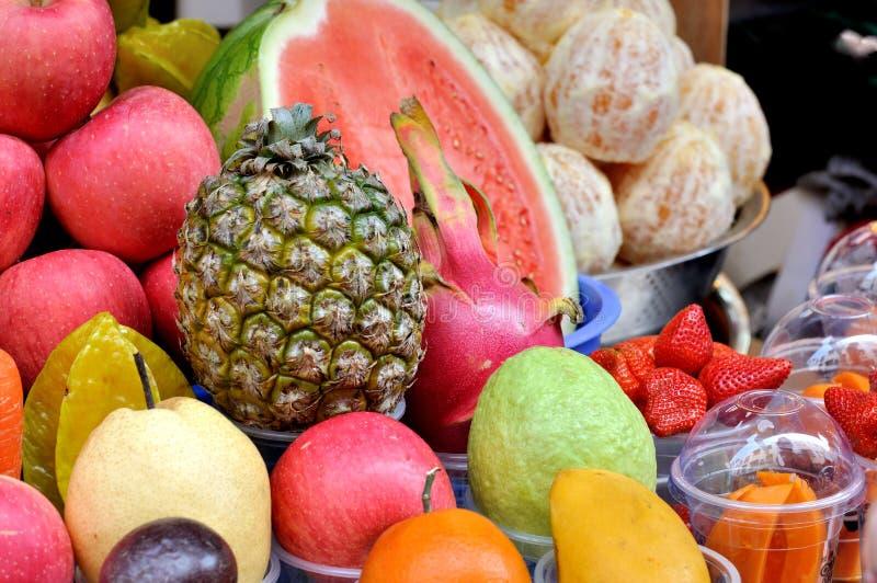 Fruktsaftdanande Vid Olik Frukt Royaltyfri Bild