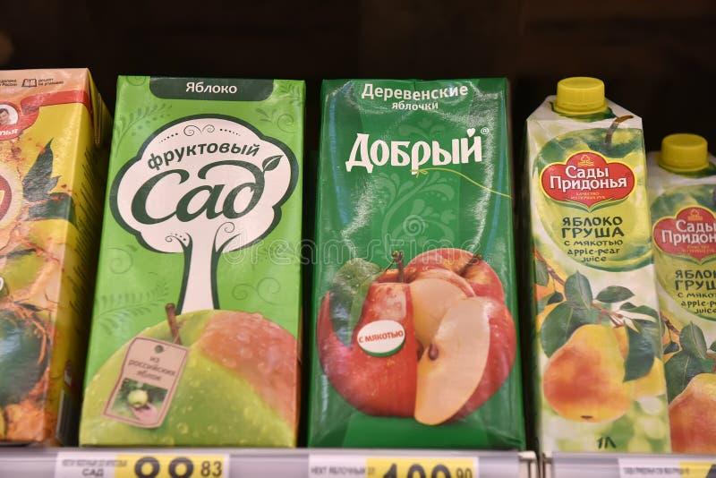 Fruktsafter i supermarket royaltyfria foton