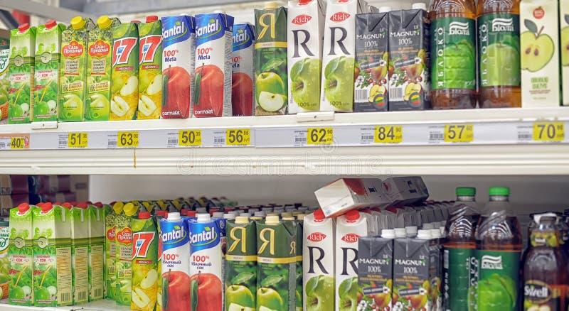 Fruktsafter på supermarkethyllan arkivbild