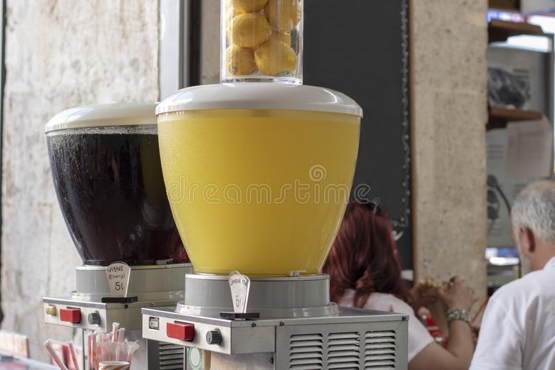 Fruktsaftmaskinslut upp fors Körsbäret och citronjuice säljs arkivfoton