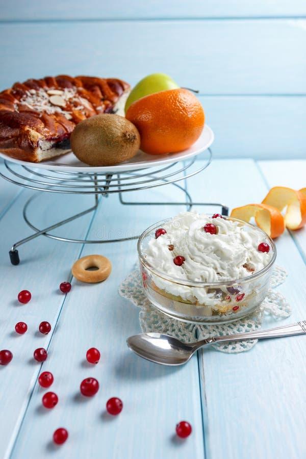 Fruktsallad med choklad royaltyfri bild