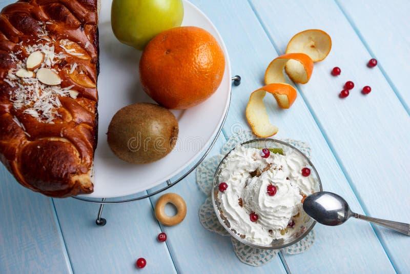Fruktsallad och en paj royaltyfria foton