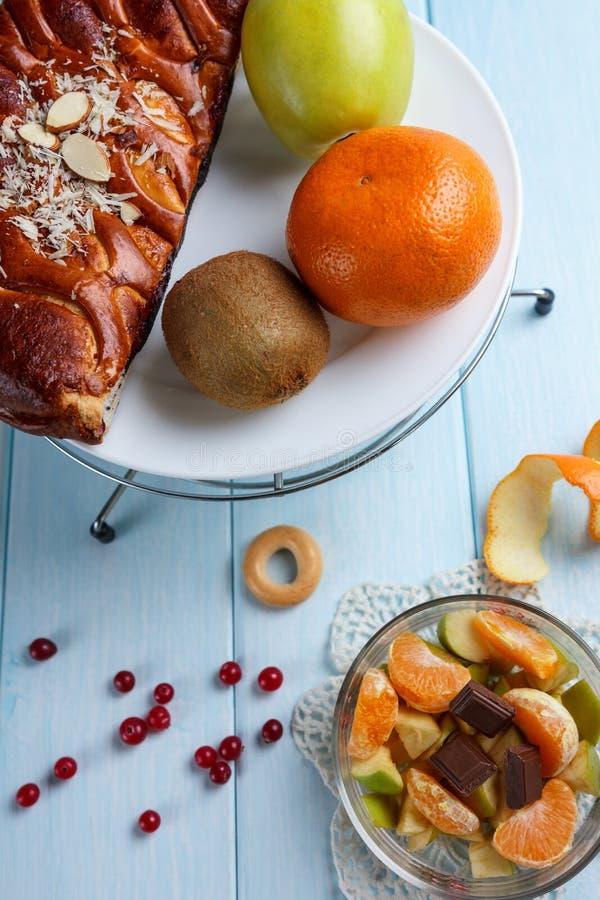 Fruktsallad och paj med frukter royaltyfria bilder