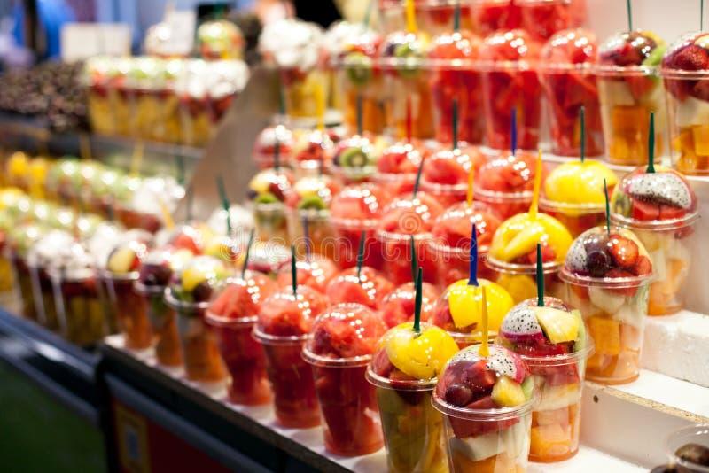 Fruktsallad som är ordnad i plast- koppar på den Boqueria marknaden i Barcelona Nya naturliga frukter som är till salu i spanjorm arkivfoton