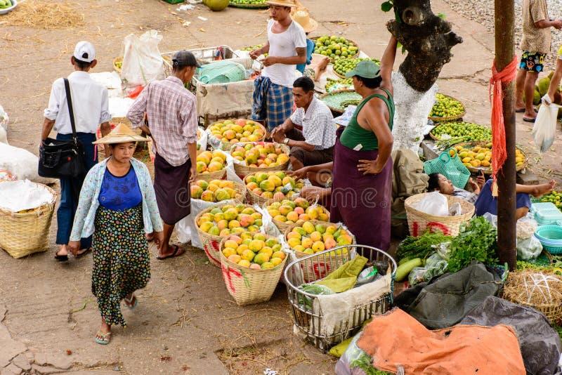 Fruktshopping i den Danyingon marknaden, Yangon, Myanmar arkivbilder