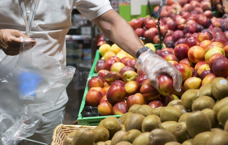 Fruktsjälvbetjäning i en supermarket royaltyfria foton