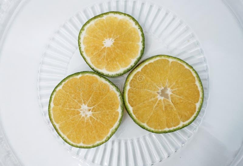 Fruktskivor av färsk och organisk citron med vit bakgrund royaltyfria bilder