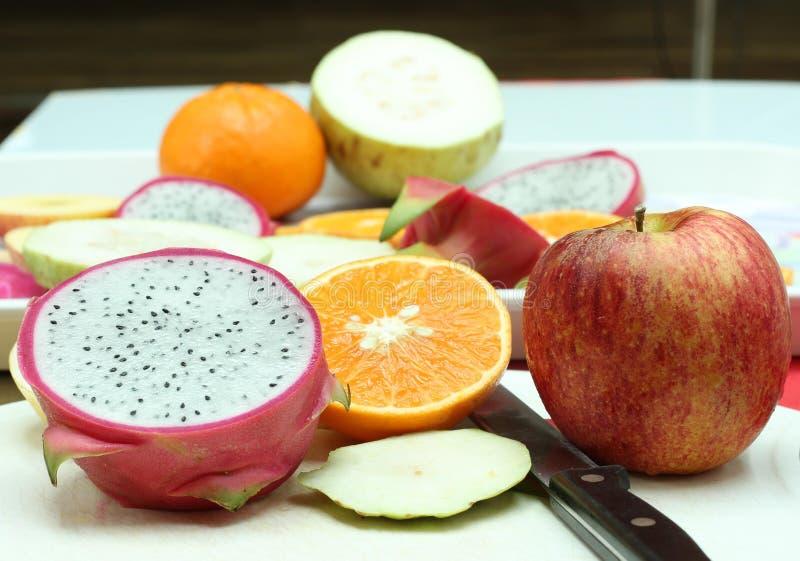 Fruktskivor och kniv royaltyfri foto