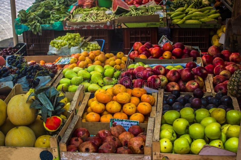 Fruktstativ på en marknadsföra royaltyfri bild