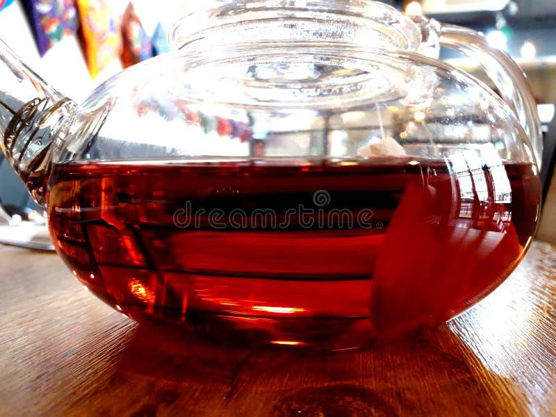 Fruktte i den glass tekannan royaltyfria bilder