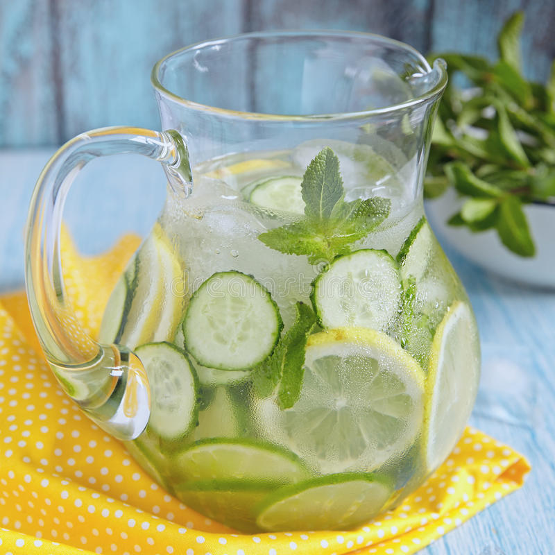 Fruktvatten i den glass kannan arkivbilder