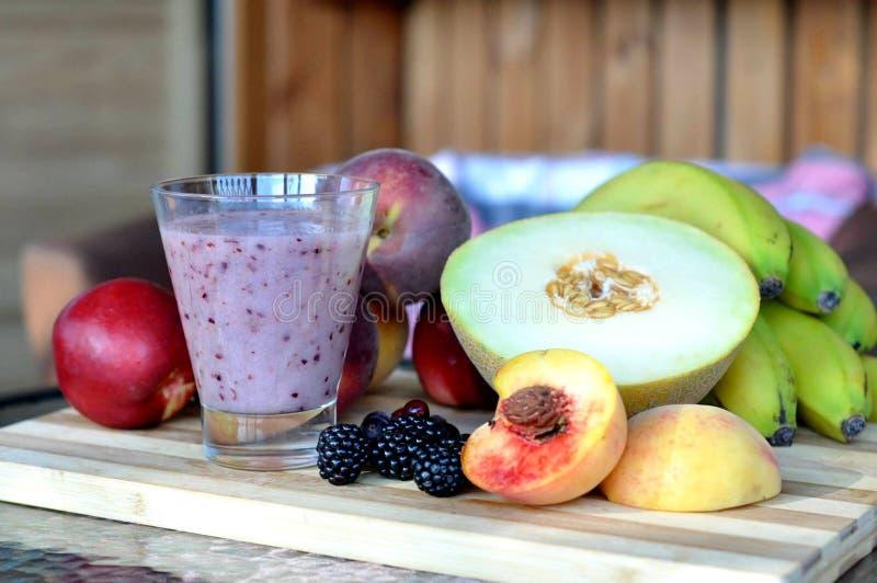 Frullati e frutti fotografie stock