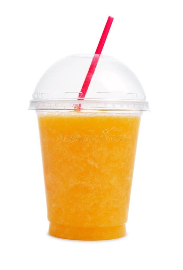Frullato arancio in tazza di plastica immagini stock libere da diritti