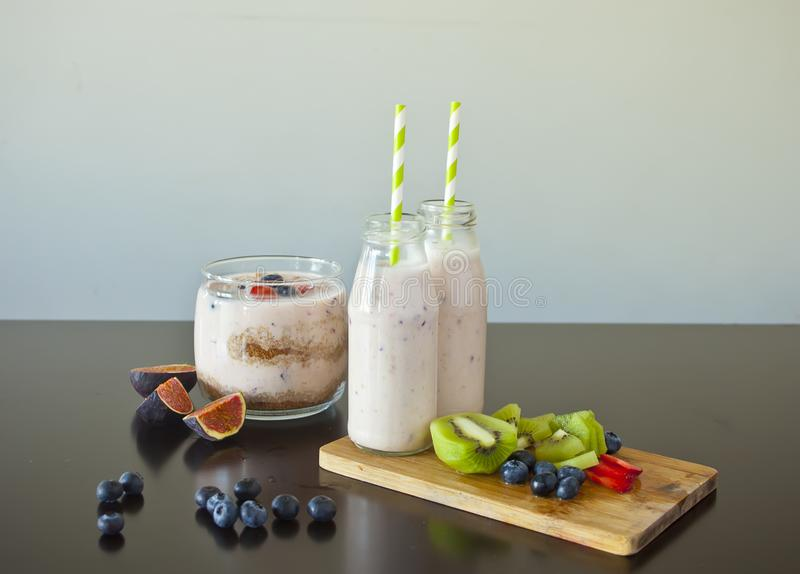 Frullato casalingo con le bacche fresche e frutti su una tavola immagini stock libere da diritti