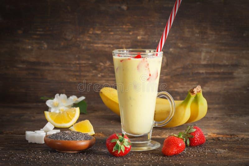 Frullato casalingo della frutta del fHomemade con la banana, le fragole ed il seme di chia frullato del ruit con la banana, le fr immagini stock libere da diritti