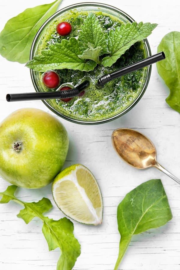 Frullato con spinaci e la mela immagine stock