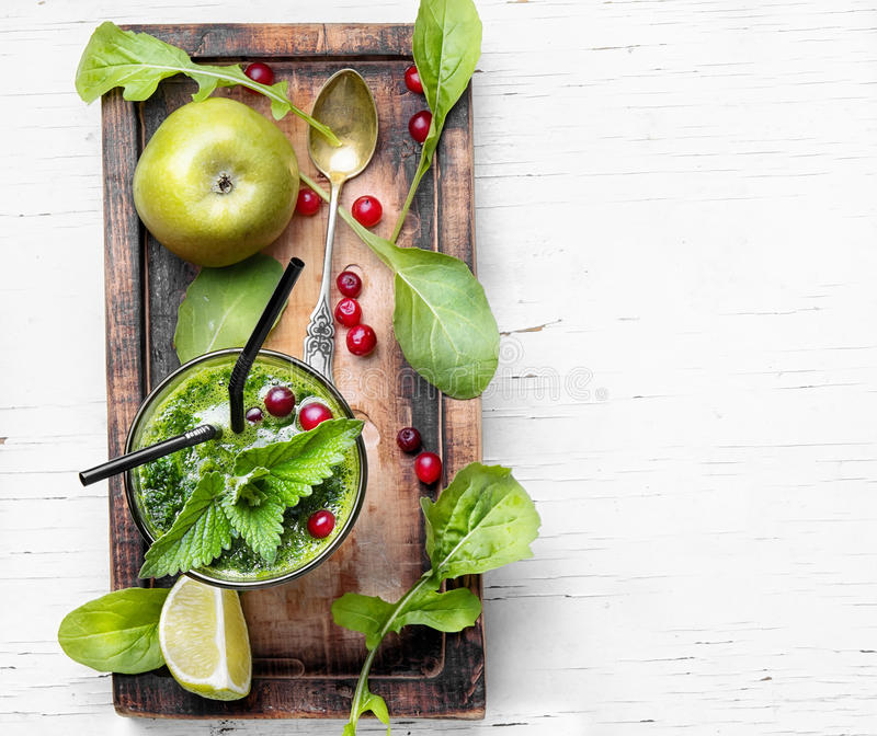 Frullato con spinaci e la mela immagine stock libera da diritti
