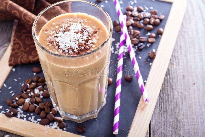 Frullato del cioccolato del caffè della noce di cocco fotografia stock libera da diritti