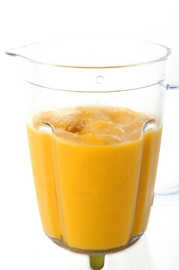 Frullato del mango in miscelatore fotografia stock
