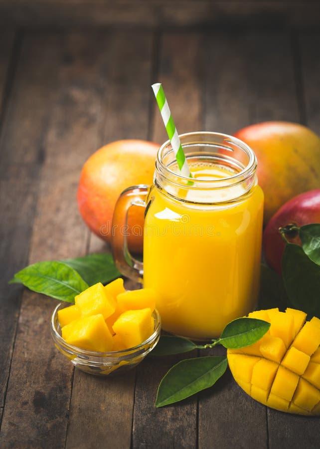 Frullato del mango nel vetro fotografia stock libera da diritti