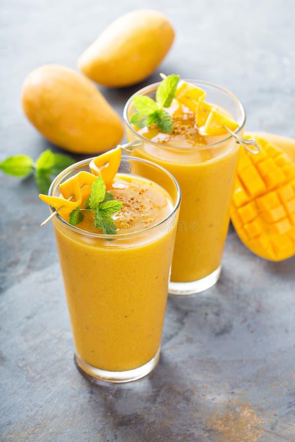 Frullato del mango in vetri alti fotografia stock