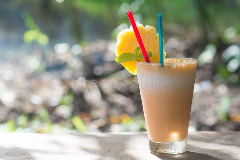 Frullato del yogurt e dell'ananas per salute fotografia stock