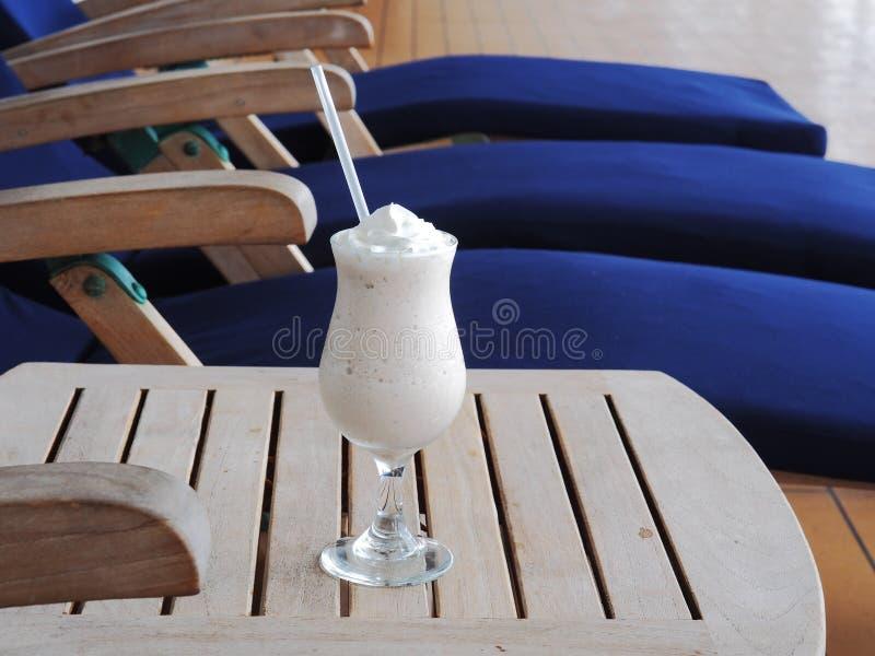 Frullato della banana del cioccolato zuccherato con latte di cocco fotografia stock libera da diritti