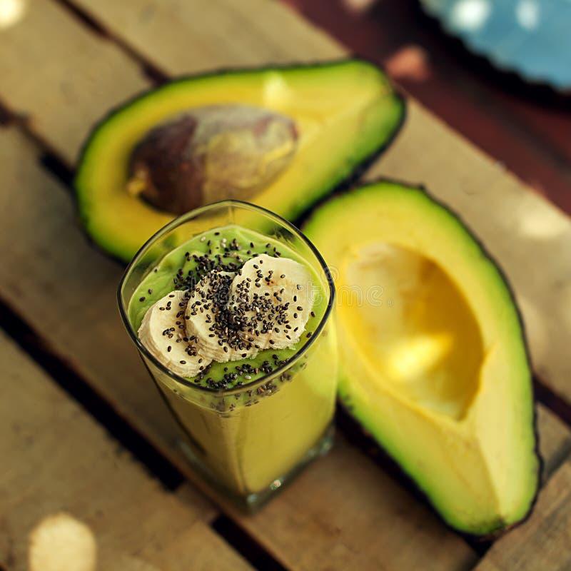 Frullato della banana e dell'avocado con il chia fotografia stock libera da diritti