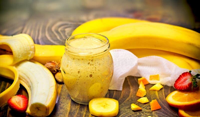 Frullato della banana - frullato sano appena preparato fotografia stock