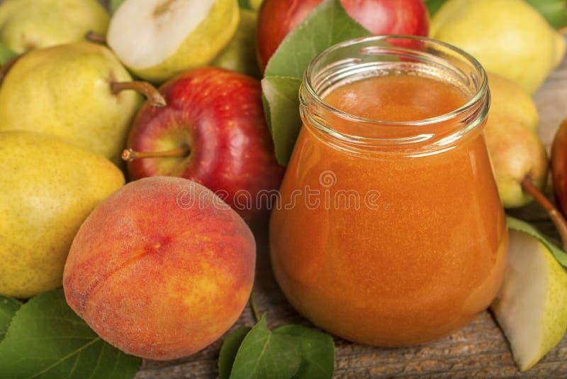 Frullato delle mele, delle pere e delle pesche fotografia stock