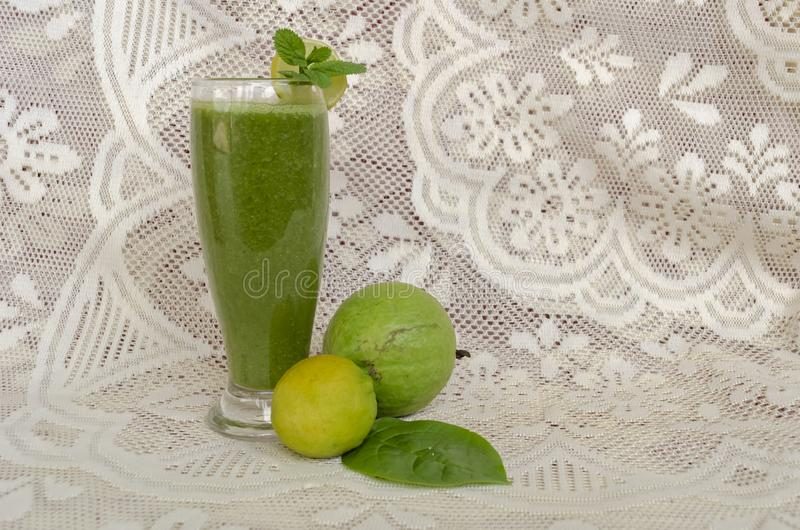 Frullato e frutti della guaiava degli spinaci fotografia stock libera da diritti