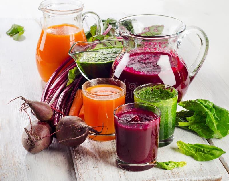 Frullato e succo di verdure sani fotografie stock
