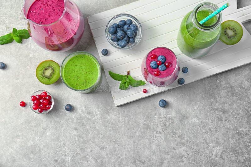 Frullato fresco del yogurt con le bacche ed il kiwi fotografia stock libera da diritti