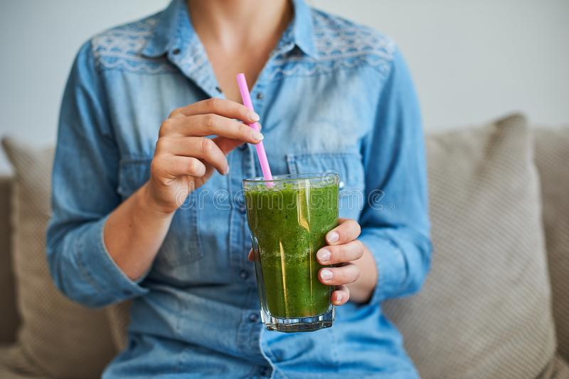 Frullato healty della bevanda della donna con le verdure verdi fotografie stock libere da diritti