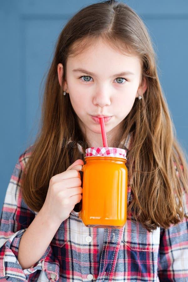 Frullato organico naturale del vegano del bambino vegetariano di dieta fotografia stock libera da diritti