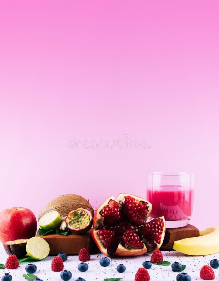 Frullato rosa con i frutti e le bacche fotografia stock