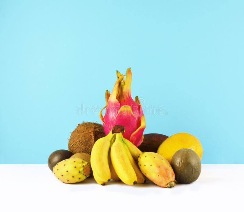 Frullato rosa con i frutti tropicali fotografie stock libere da diritti