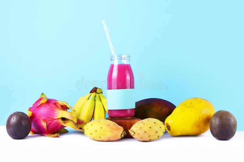 Frullato rosa con i frutti tropicali immagini stock