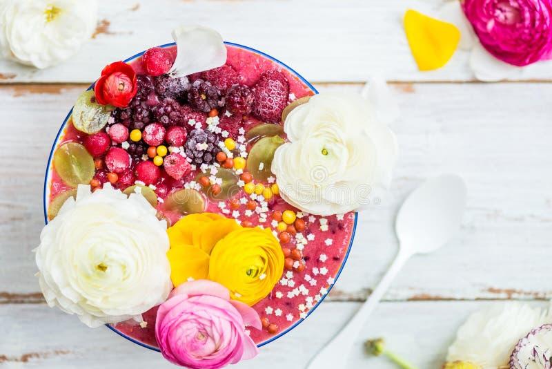Frullato rosa dalla banana e da Forest Berries nella ciotola con Ra fotografie stock libere da diritti