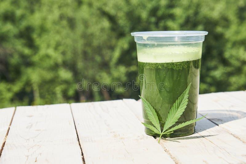 Frullato sano della cannabis su fondo di legno Supplemento naturale, disintossicazione e vita sana fotografia stock