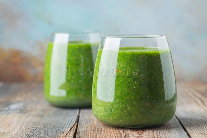 Frullato sano fresco verde con la frutta e le verdure Concetto della disintossicazione di dieta immagini stock