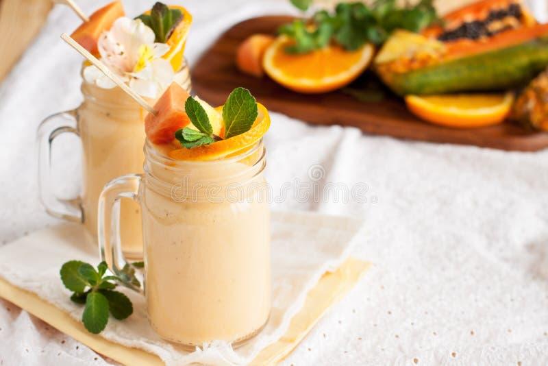 Frullato tropicale fresco con gli ingredienti immagine stock