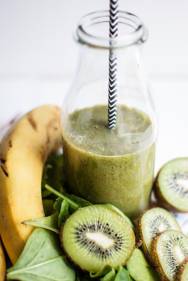 Frullato verde con il kiwi, la banana e gli spinaci fotografia stock libera da diritti