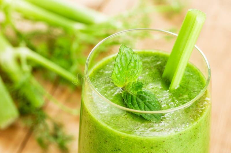 Frullato verde con la menta ed il sedano fotografia stock