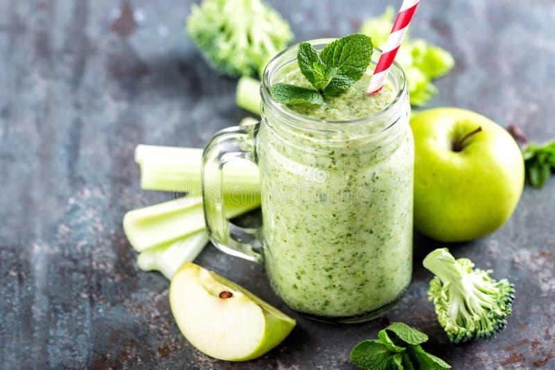 Frullato verde con sedano, broccoli, mela immagine stock