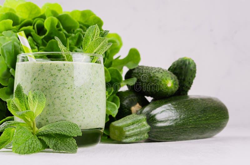 Frullato verde di recente mescolato degli spinaci in vetro con paglia, menta, insalata del covone, cetrioli, zucchini immagine stock